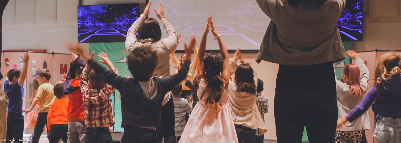 Kinder in Kirche