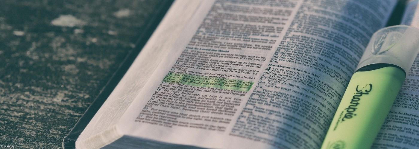 Bibel mit Textmarker