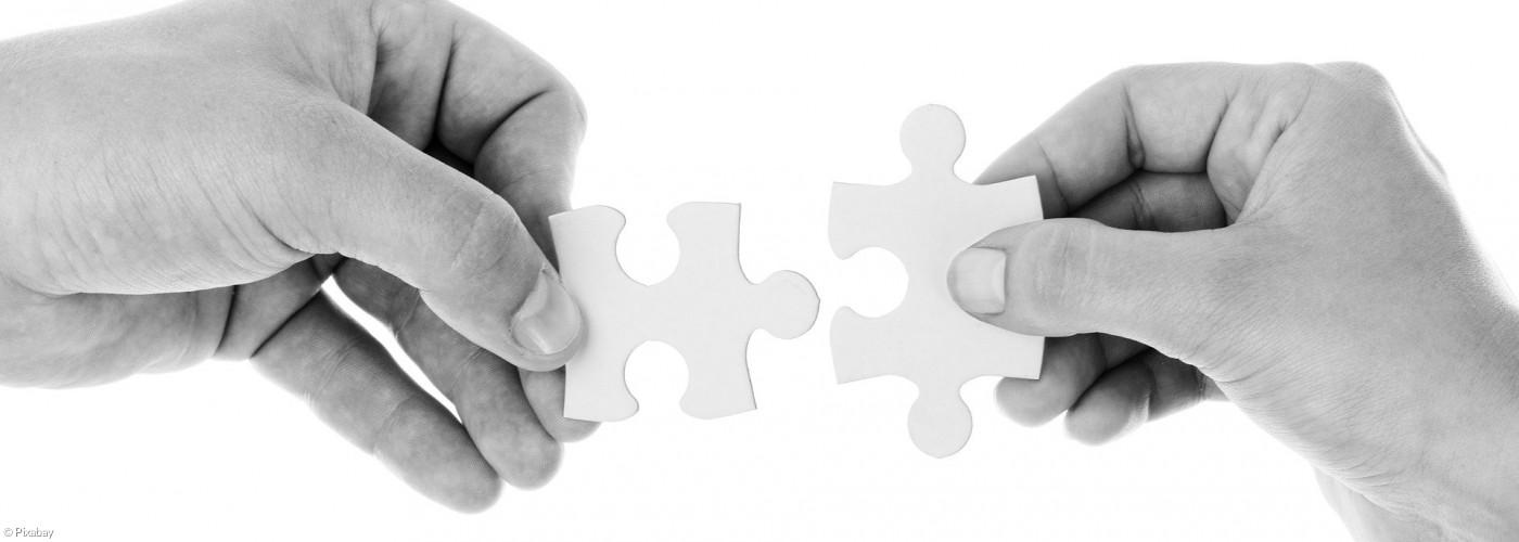 Puzzle und Menschenhände