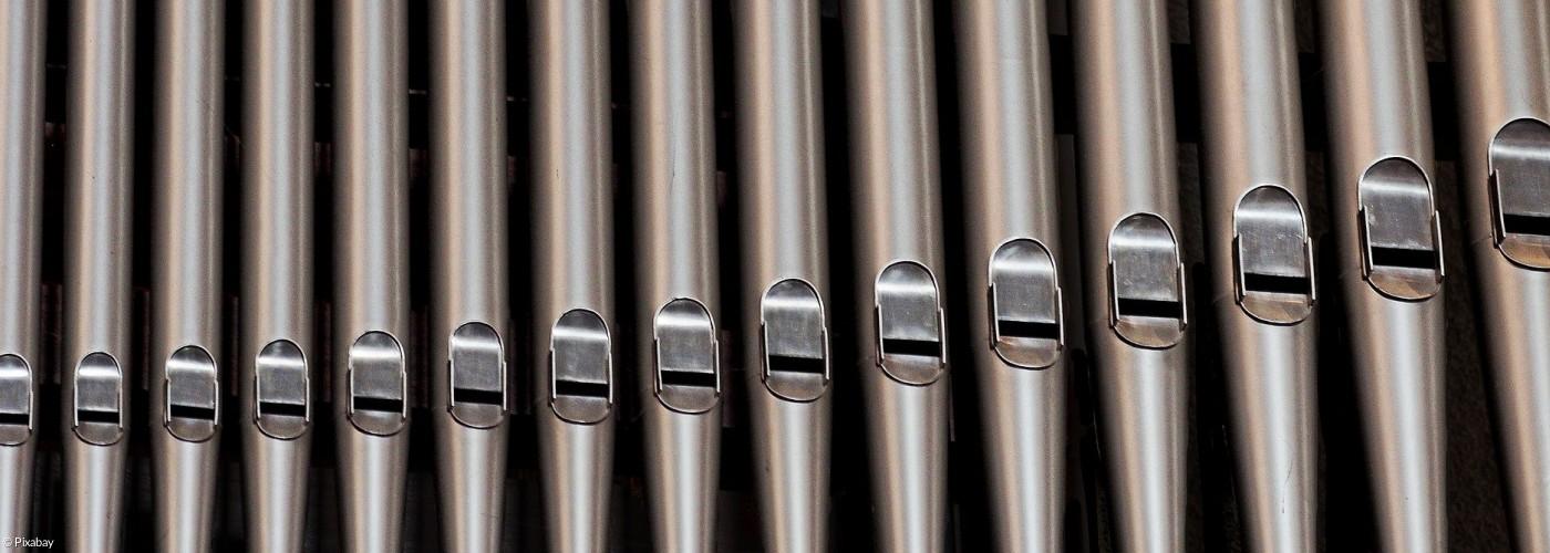 Bild silberner Orgelpfeiffen